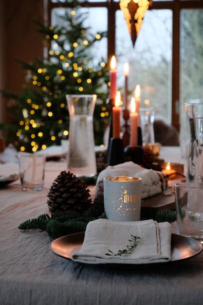 dieartigeBLOG // Esszimmer + Wohnzimmer im Dezember, Weihnachtsbaum 2019,  gedeckter Tisch, Leinentischdecke, Kaffeetafel, Kerzen