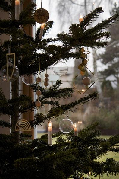 dieartigeBLOG - Weihnachtsbaum-Dekoration in Gold, Glas und Holz
