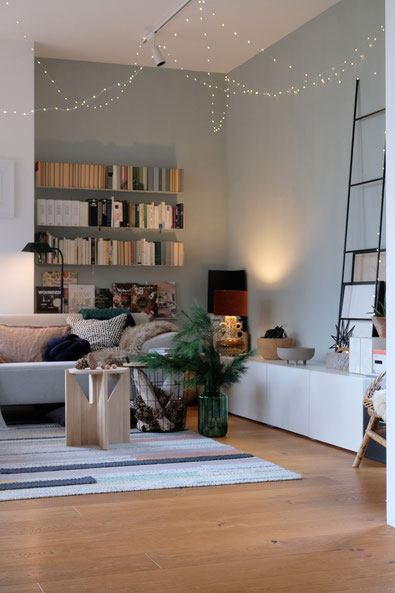 dieartigeBLOG // Wohnzimmer im November, Freistil-Sofa in Hellgrau, Beistelltische, Wandfarbe Alpina Feine Farben, Lichterkette, Leiter + Kiefer