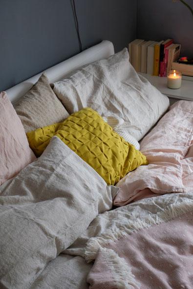 dieartigeBLOG // Schlafzimmer im Frühling, Leinenbettwäsche in Rosé + Natur von Urbanara, Kerze von Grüne Erde