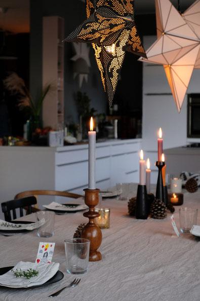 dieartigeBLOG // Esszimmer + Küche im Dezember, gedeckter Tisch, Leinentischdecke, Kaffeetafel, Kerzen, Sterne