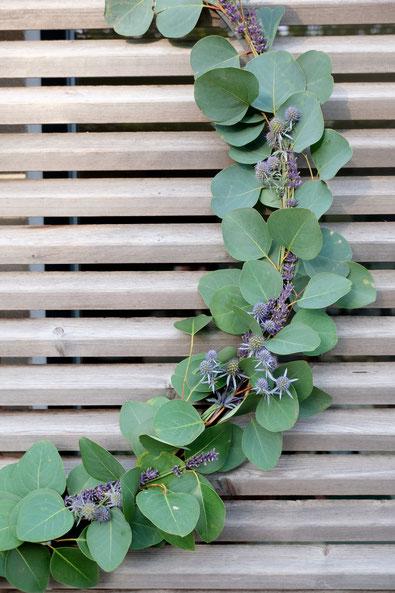 ieartige // Design Studio - BLOG - #Kranz aus #Eukalyptus, #Lavendel + #Distel, Sommer, #Sommerdekoration, #Gartendeko #DIY