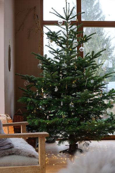 dieartigeBLOG // Wohnzimmer im Dezember, Weihnachtsbaum 2019, Nordmanntanne - nachhaltig + Klarglaskugeln, Messing, Gold, Holz - DIY