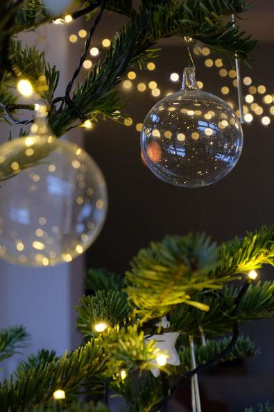 dieartigeBLOG // Wohnzimmer im Dezember, Weihnachtsbaum 2019,  Klarglaskugeln, Messing, Gold - DIY