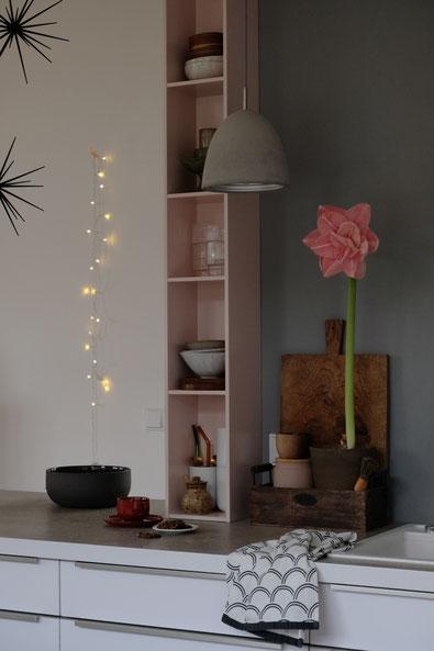 dieartigeBLOG // Küche Alno, Duravit Regal, Wandfarbe Grau, Amaryllis in Rosa, Lichterkette