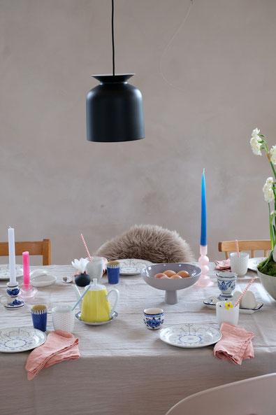 dieartigeBLOG // Oster-Frühlings-Tischdekoration | Blau mit Weiß, Leinenservietten in Apricot, hellgraue Leinentischdecke