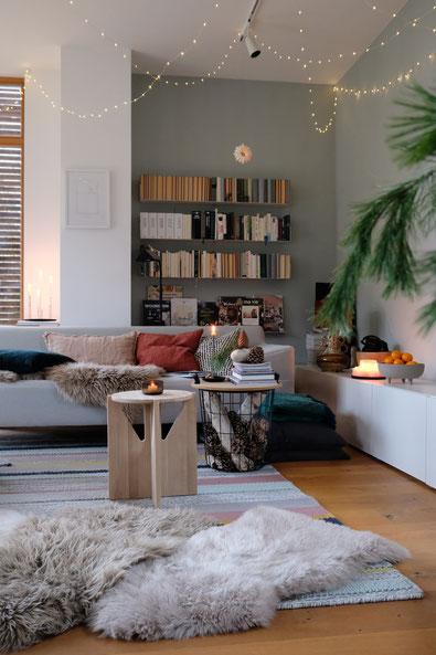 dieartigeBLOG // Wohnzimmer, Sofaecke im Winter - Sofa Freistil, Regale Teebooks, Beistelltisch Kristina Dam Studio, Kissen: Depot, HM Home