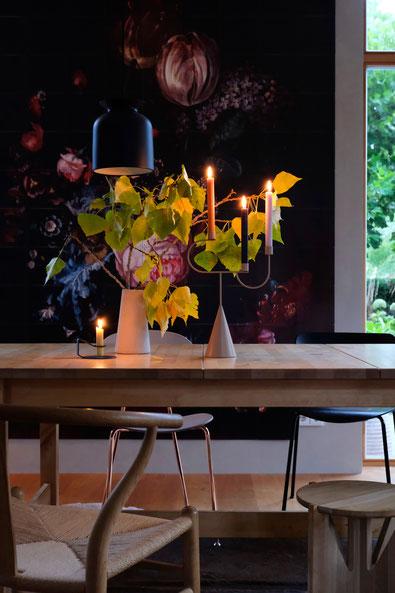 dieartigeBLOG // Esszimmer, Wandbild, IXXI Herbst - Y-Chair, Ferm Living Kerzenständer, Menu Leuchte