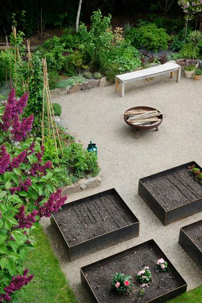dieartigeGARTEN // dieartigeGARTEN // (early) May Garden - new high beds / neue Knieehochbeete von oben