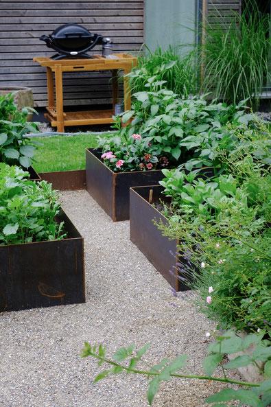dieartigeGARTEN //June Garden - new high beds / neue Kniehochbeete mit Dahlien & Co