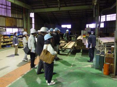 愛西第2工場 構造用集成材についての説明中