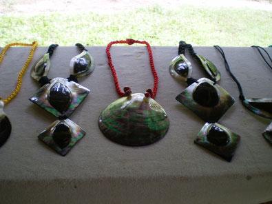 Bijoux en huitre perlière fabriqués à Tahaa