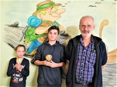 Das Bild zeigt die beiden Jungwanderer Christian Martin, Leon Suffa und Vorsitzenden Alfred Thoma. (Bild: Egbert Martin)
