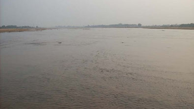 村に行くには1時間歩きでかかります。途中、ガンジス川の支流を渡らなくてはいけません。いつも水かさが浅いのを願っています。今回はひざ下ぐらいまでの深さしかなかったのでホッとしました。