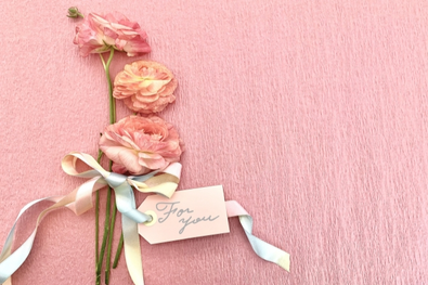 白のバラとマーガレットのフラワーアレンジメント。
