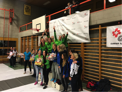 So sehen Sieger aus: Die Turnerinnen des TnV Näfels freuen sich über den Sieg bei der Pendelstafette