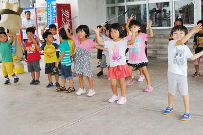 税の滞納一掃キャンペーン出発式でダンスを披露する新栄町保育所の園児たち=3日午後、市役所玄関前