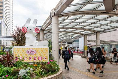 駅の広場にある立川のマスコット「くるりん」