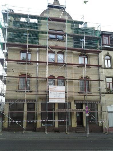 Fassadengerüst mit Dachdeckerschutz in Kassel.
