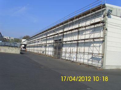 Fassadengerüst an einer Lagerhalle in Kassel.