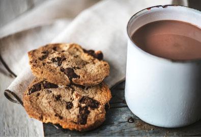 Emotionales Essen: Kakao und Kekse vermitteln Geborgenheit