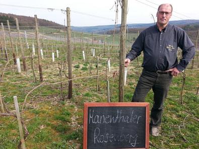 """Weingut Reinhold Riske und der """"Marienthaler Rosenberg"""", eine Hochlage mit traumhaftem Morgennebel."""