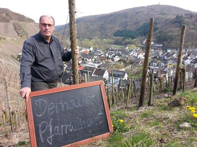 """Weingut Reinhold Riske und die Weinbergslage """"Dernauer Pfarrwingert""""."""
