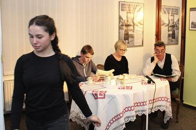 """Noch ist die Welt in Ordnung am Kaffeetisch von Vater (Andreas Schnackenberg), Mutter (Christiane Weppner) und Sohn (Konrad Ahl), nachdem das Mädchen (Semiha Sivri) den Kaffee serviert hat. Doch bald keimt der Verdacht in """"Der Spitzel""""."""
