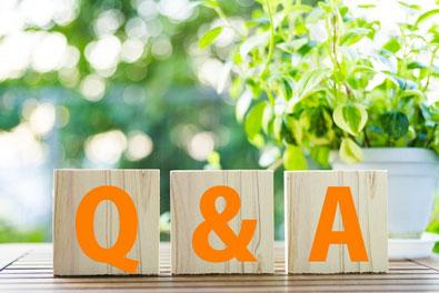 Q&Aと書かれた木のブロック
