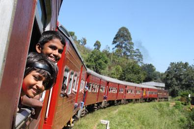 Sri Lanka 2016 : des enfants sortent la tête du train qui file à travers les montagnes