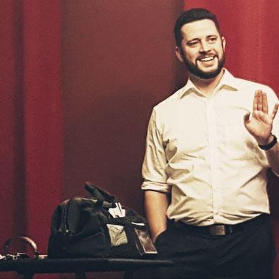 Zauberer Jan Siebold lächelt seinem Publikum zu bei Bühnenshow