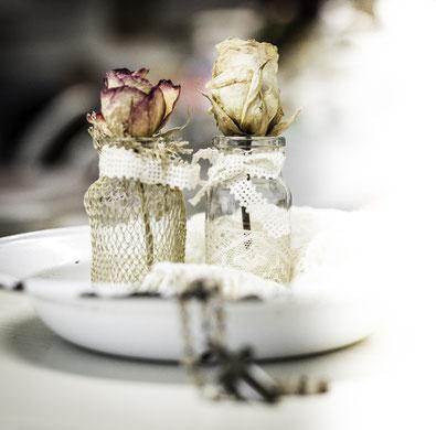 Zwei getrocknete Blumen auf einem alten Teller
