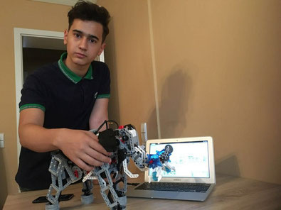 Mustafa Musayev bei seiner Lego-Mindstorms Education Vorführung