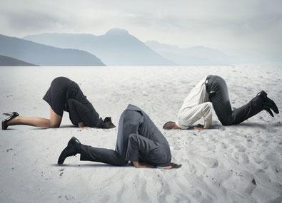 Mitarbeiter ducken sich weg. Führungskräfte stecken die Köpfe in den Sand