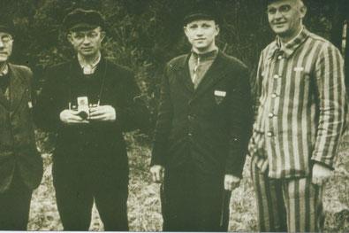 """Das """"Fotografen-Kommando"""" der Plantage, v.l.n.r.: Paul Wasmer, Karl Schmidt (mit Fotoapparat), Wasil Schilbailow und Franz Sales Heß. (Archiv der KZ-Gedenkstätte Dachau Nr. 1298)"""