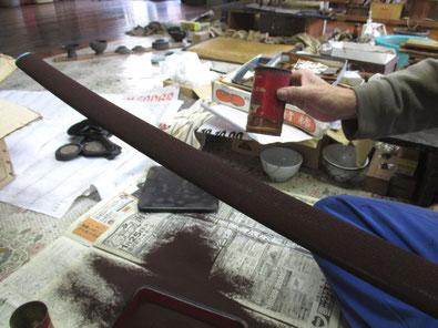 刀の鞘 乾漆粉を蒔く