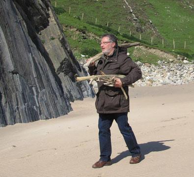 Treibholz-Sammeln am Silver-Strand (County Donegal, Irland)