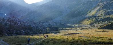 Rando en groupe dans les montagnes suisses en pleine nature