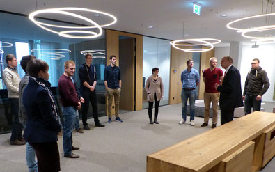 Sparkassen-Vorstand Carsten Rinne führte die angehenden Lehrkräfte durch den imposanten Gebäudekomplex. Foto: Glorius