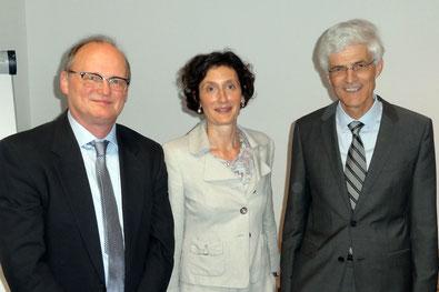 Zu Verabschiedung von Alf Hase (links) hielt Prof. Dr. Iris Winkler einen Gastvortrag am Studienseminar Leer. Seminarleiter Prof. Dr. Johann Sjuts dankte Hase für sein Engagement in der Lehrerausbildung. Foto: Ulrichs