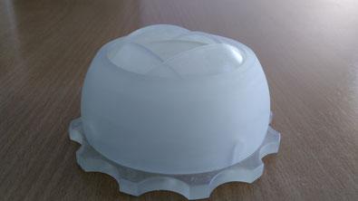 Additiv gefertigte Baugruppe. Ein Gehäuse mit Drehmechanismus, durch 3D Druck aus klarem Kunstharz hergestellt.