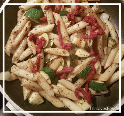 Nudeln Zucchini Zwiebeln Tomatenmark Gewürze Pfanne kochen lecker gesund schnell Gewürze
