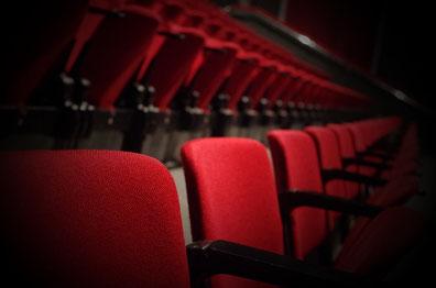 rangées de sièges rouges de théâtre