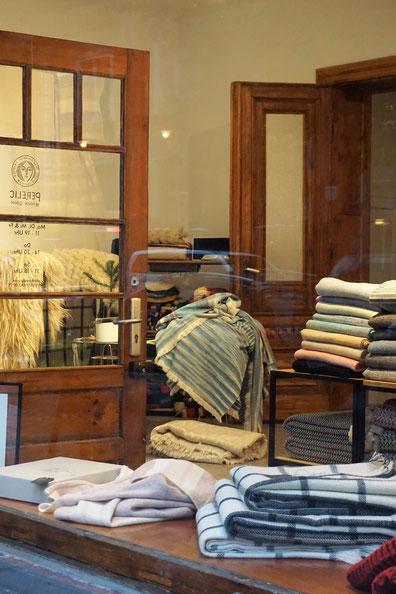 Perelic woolen goods . Decken und Teppiche - designt in Berlin . gewebt in Bulgarien