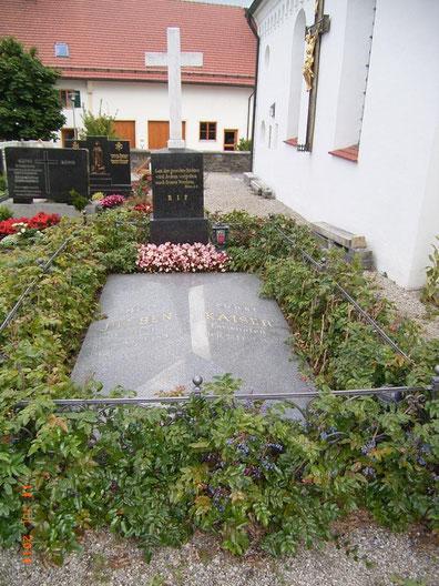 Grabmal von Josef Benedikt Kaiser auf dem Friedhof von Eurishofen.