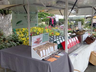 Présentation de thés,tisanes et autres produits bio sur notre stand de marchés et foires.
