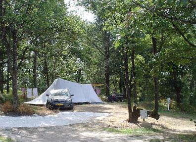 Rustige XL Standplaats met schaduw, gelegen in het bos, alleen voor caravan en tent - 100 à 150 m²