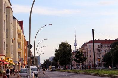 Wohnblocks an der Greifswalder Strasse Prenzlauer Berg, Blick auf Fernsehturm. Foto: Helga Karl