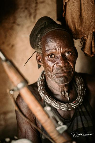 himba familienoberhaupt und früherer soldat kunene kaokoveld namibia