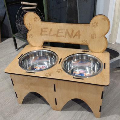 Hundebar mit zwei Edelstahl-Näpfen und Gravur.